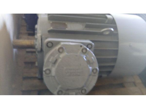 Продам  электродвигатель  2ВР-280S-8У2,5.