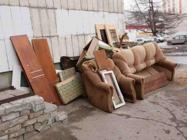 Вывоз старой мебели. Разобрать и вывезти мебель на свалку.
