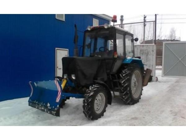 Коммунальный трактор МТЗ-82.1 с отвалом и щеткой